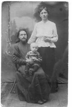 Священник Димитрий Касаткин с супругой Марией Михайловной и сыном. 1919 г.