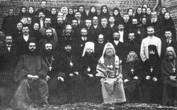 слева от Патриарха Тихона – митрополит Владимирский Сергий (Страгородский) и епископ Переславль-Залесский Дамиан (Воскресенский), справа – епископ Юрьевский Евгений (Мерцалов)