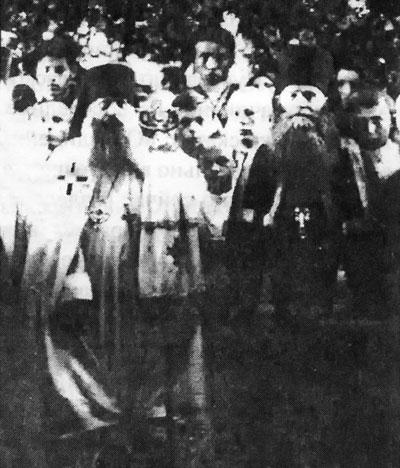 Архиепископ Рязанский и Шацкий Иувеналий (Масловский) и архимандрит Мина (Шелаев) после богослужения в Христорождественском соборе г. Рязани, 1929