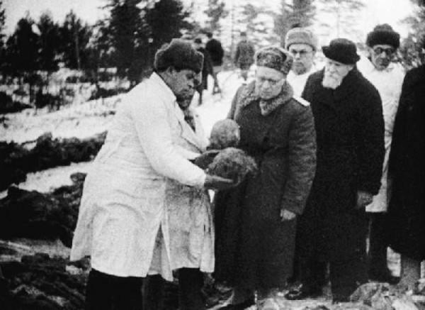Комиссия академика Николая Бурденко работает в Катыни, за Бурденко митрополит Николай Ярушевич