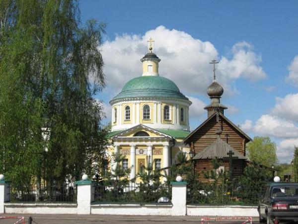 Церковь Успения Пресвятой Богородицы в Косине, Москва. Рядом Тихоновский храм (деревянный)