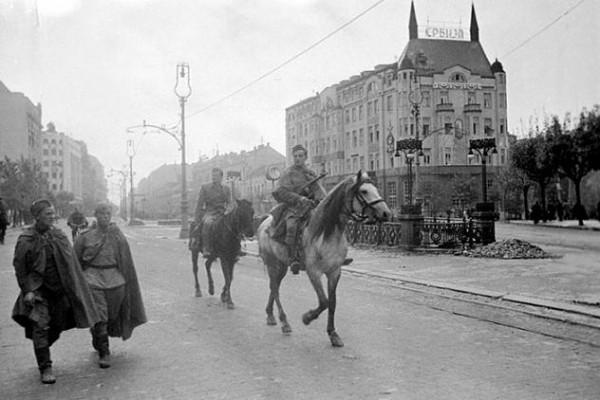 Советские бойцы на улицах Белграда Октябрь 1944 г.