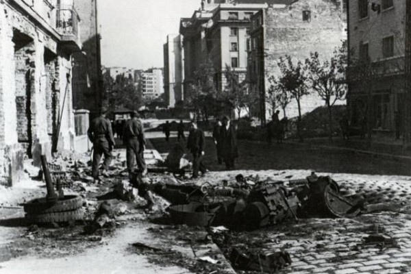 Улица Сараевская в Белграде после окончания боев и остатки танка Т 34