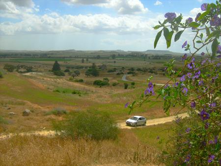 Место, избранное преподобным Созоменом Кипрским весьма живописно. Вид на плато, открывающийся от пещеры