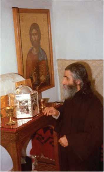 прп. Паисий Святогорец в монастыре Суроти перед честными мощами святого Арсения, в помещении, где они хранились до окончания строительства храма