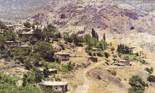 Фарасы. На склоне горы видна пещера, где находился храм Божьей Матери (Со Канчи)