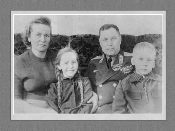 А.И. Покрышкин с женой Марией и детьми