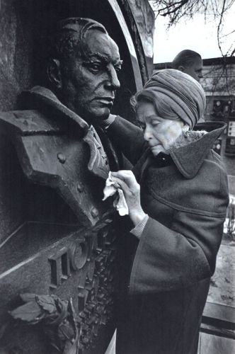 Мария Кузьминична Покрышкина у могилы мужа