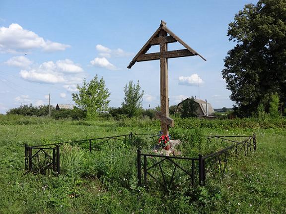 Поклонный Крест на месте разрушенной Троицкой церкви в селе Троицкие Озерки
