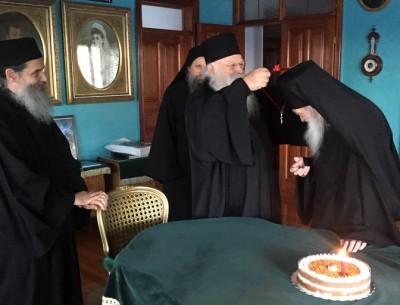 Игумен афонского монастыря Ксенофонт преподнес схиархимандриту Иеремии (Алехину) наперсный крест