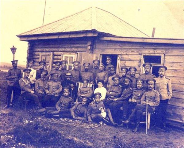 Офицеры полка на летних сборах у с.Тоцкое Оренбургской губ., во 2-м ряду 4-й слева