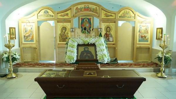 рака с мощами  блаженного Иоанна Селезневского в Казанском храме монастыря