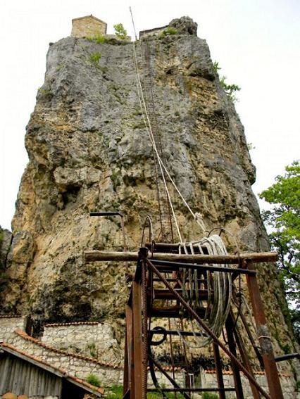 На столп можно подняться, но для этого надо получить разрешение у патриарха Грузии в Тбилиси