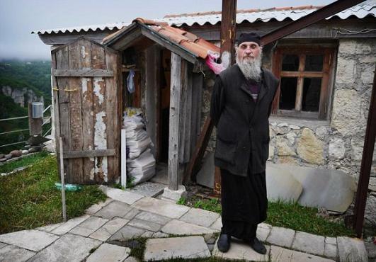 В 1993 году на скале, которая носит название Кацхийский столб, начал проводить подвижническую жизнь монах Максим (Кавтарадзе) 1