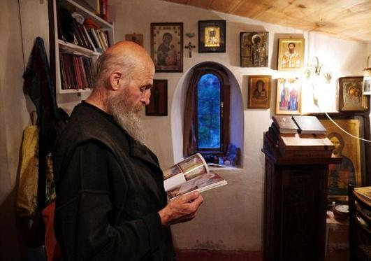 В 1993 году на скале, которая носит название Кацхийский столб, начал проводить подвижническую жизнь монах Максим (Кавтарадзе) 2