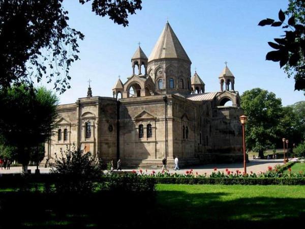 Вагаршапат. Здесь находится  Эчмиадзинский монастырь, Армения