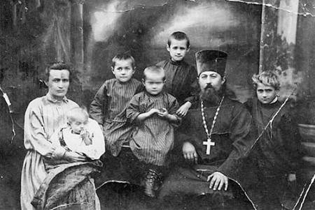 Священник Леонид Викторов с матушкой Анной и детьми. 1925г.