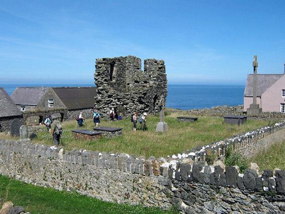 Руины аббатства Сент-Мэрис и остатки монастырского кладбища