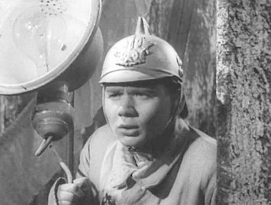 Одно из первых появлений Евгения Леонова на экране - фильм 1949 года Счастливый рейс. Его пожарный не удостоился упоминанием в титрах