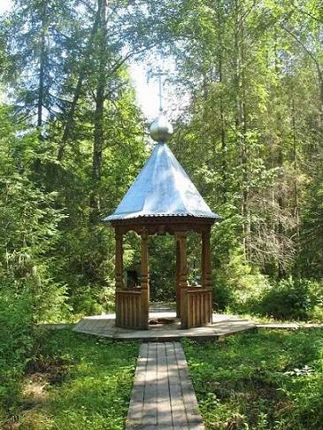 Святой колодчик расположен в лесном массиве близ деревни Паново Словинской сельской администрации Антроповского района