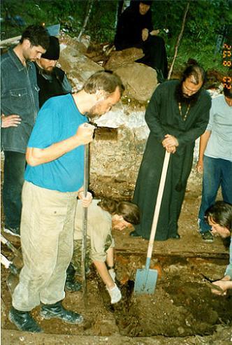 Расчистка склепа прп. Варлаама, 2002 г.