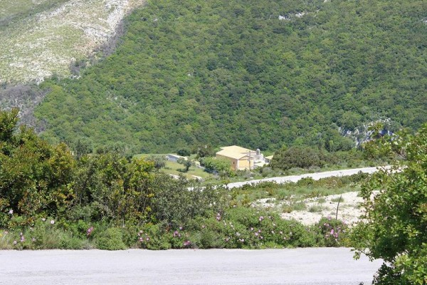 монастырь Спилиотиса с дороги