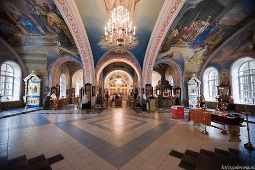рака с мощами святого праведного Василия Павлово-Посадского в храме монастыря (справа)