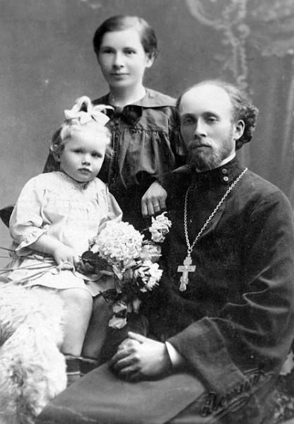 О. Николай Пискановский с матушкой Клавдией и дочерью Ксенией. Одесса, 1919 г.