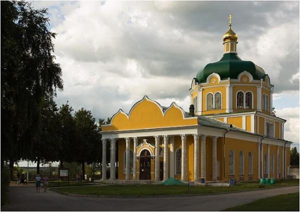 Кафедральный собор Рождества Христова, Рязань. Здесь в настоящее время в раке покоятся мощи святителя Василия Рязанского