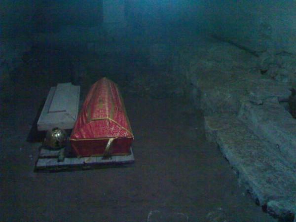 подклет Богоявленского собора и могила прп. Григория Голутвинского, фото священника Константина Баранова. декабрь 2006 года