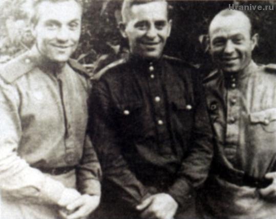 Иван Михайлович Воронов (будущий архимандрит Алипий, слева) с фронтовыми друзьями
