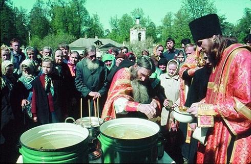 Водосвятный молебен в Скиту совершает игумен Илиан (Ноздрин, ныне схиархимандрит Илий). Справа иеродиакон Василий (Росляков)