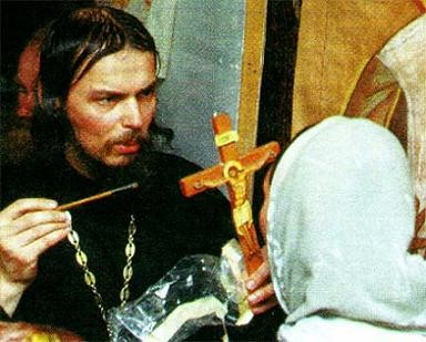 Крест о. Василия, перешедший после раздела его вещей иноку о. Ипатию, стал мироточить на 40-й день после гибели прежнего владельца