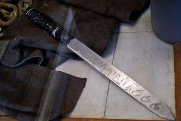 Нож с надписью «Сатана 666», принадлежавший убийце монахов Николаю Аверину Центральный музей МВД России