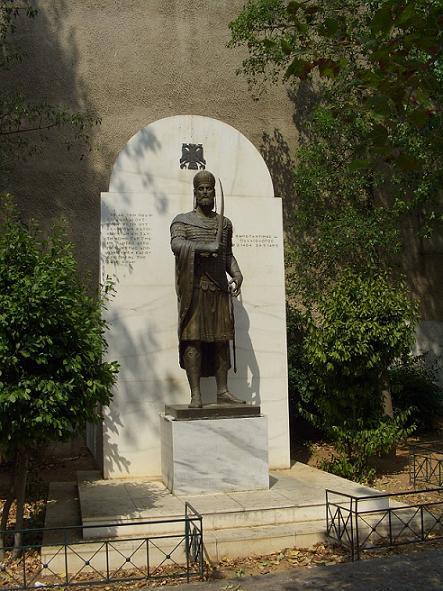 Памятник Константину Палеологу напротив кафедрального собора в Афинах