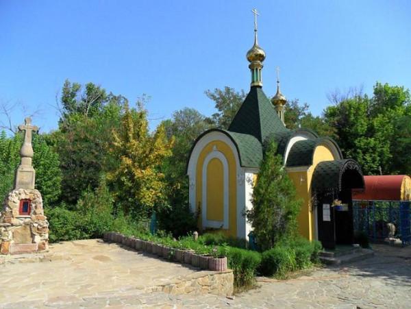 Часовня иконы Божией Матери Скоропослушница - Луганск, справа видна могила стара диакона Филиппа с камнем