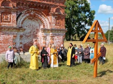 Памятный Крест в честь свщмч. Николая, пресвитера Таманского. Воздвигнут за алтарём Петропавловской церкви деревни Таман, 13 августа 2013 года