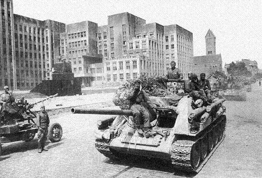 Колонна самоходных орудий в центре освобожденного Минска. 1944 г