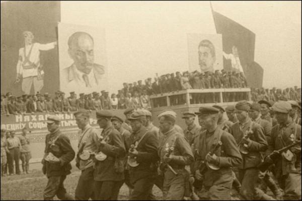 16 июля – состоялся первый парад партизан в Минске, в котором приняло участие около 30 тысяч человек