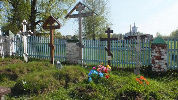 Сынтул, Покровский храм, могила о. Феодора Правдолюбова