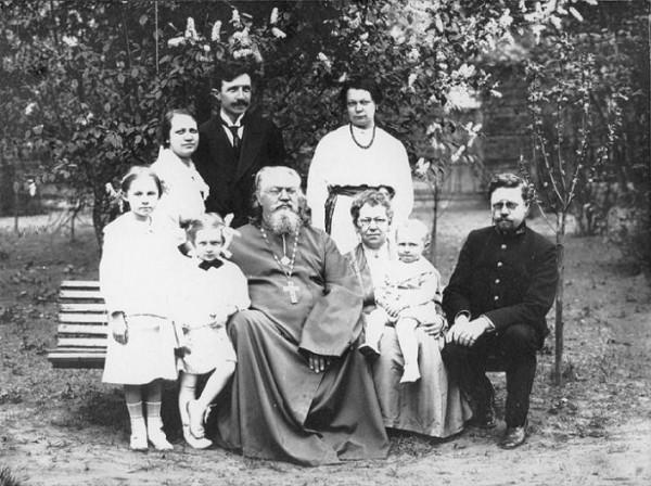 Отец Неофит Любимов и матушка Мария (у нее на руках внук Константин)