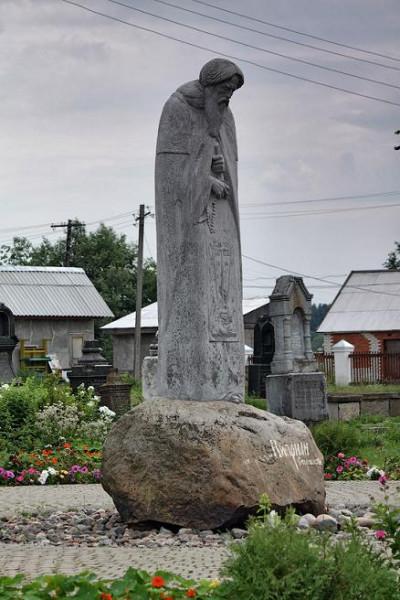 Памятник преп. Киприану Стороженскому в селе Надкопанье