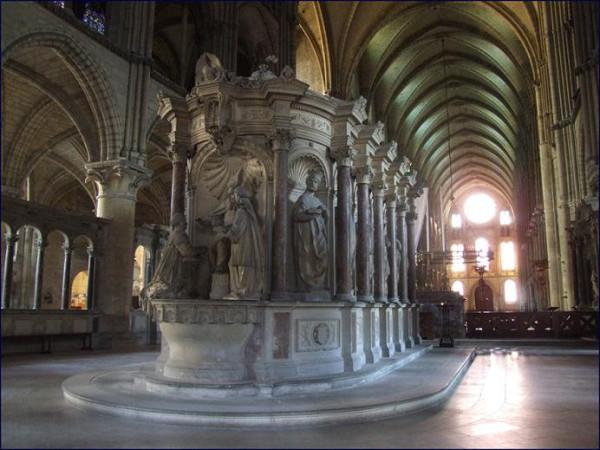 Базилика Святого Ремигия (фр. Basilique Saint-Remi), могила свт. Ремигия