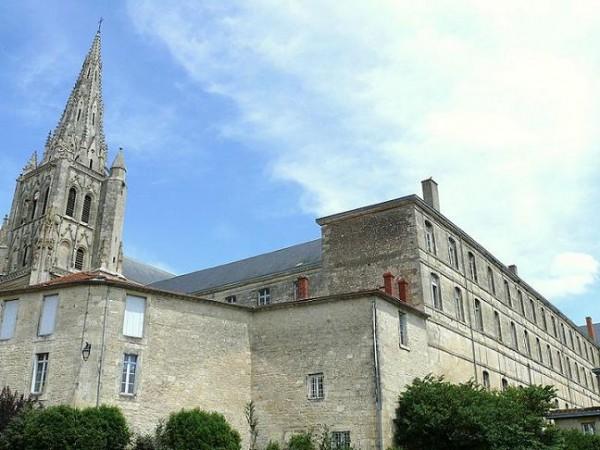 аббатство Saint-Maixent-l'École, Пуату, Франция. Здесь в крипте покоятся мощи свв. Максентия Агдского и Леодегария