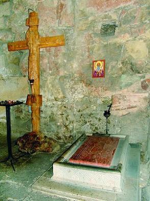 Могила сщмч. Евдемона I в церкви Анчисхати в Тбилиси