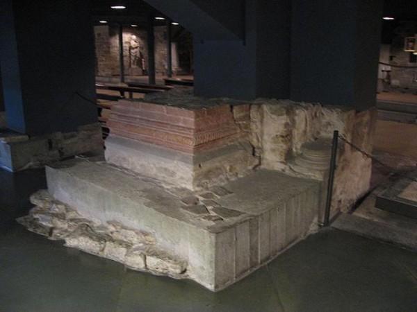 гробница где почивают мощи святой Репараты (крипт кафедрального собора Флоренции)