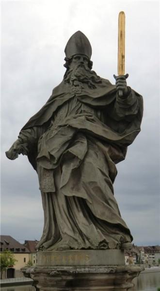 Статуя святителя Буркхарда на главном мосту города Вюрцбург, Бавария