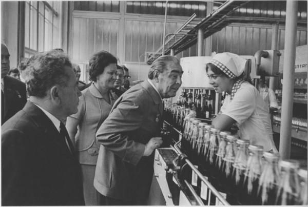 Новороссийск. Л. И. Брежнев на предприятии Пепси-Кола. Автор Мусаэльян Владимир, 1974