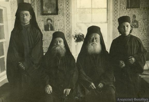 старец Фома из кельи Фомадов, скит Малая Анна (крайний слева)
