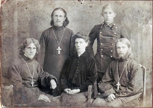 Слева направо - священник Николая Ансимов, священник Павел Ансимов,Вера Павловна Ансимова, Александр Ансимов, священник Владимир Ансимов. Астрахань